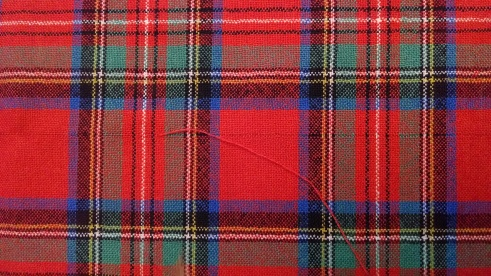Sewing a Braveheart Kilt Part II, pulling a weft thread (https://thefarmingdaughter.com/2015/03/02/braveheart-part-ii/)